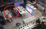Clip: Nữ khách hàng trộm smartphone trước mặt bảo vệ