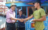 """Bí thư Tỉnh ủy Quảng Bình """"thị sát"""", tặng quà ngư dân miền biển"""
