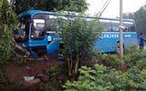 Xe khách mất lái, đâm sập tường rào, 45 hành khách hoảng loạn