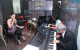 Cha con nhạc sĩ Nguyễn Ánh 9 cùng đệm đàn cho Ý Lan hát