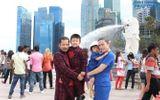 """Hùng Cửu Long mặc áo dài cùng vợ con """"du ngoạn"""" Singapore"""