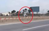 """Clip: """"Quái xế"""" liều mạng phóng ngược chiều trên đường cao tốc"""