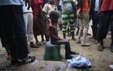"""Xót thương bé trai nhiễm virus Ebola bị """"ném"""" ra ngoài đường"""