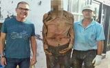 Người đào mộ tạm mất việc vì... cười khi chụp ảnh với xác chết