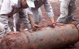 Một quả bom nặng gần 500kg trồi lên mặt đất sau mưa