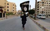 Kinh hoàng bức ảnh phiến quân Hồi giáo IS kề dao vào cổ bé gái