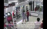 Clip: Quý bà sang trọng đi xe Vespa vào cửa hàng điện thoại trộm đồ