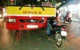Xe buýt lấn đường, đâm vỡ đầu xe máy