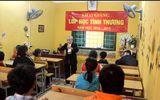 Clip: Bà giáo hơn 80 tuổi vẫn miệt mài tới trường dạy chữ