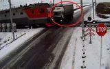 Video: Đi qua đường tàu như mơ ngủ, tài xế chết thảm