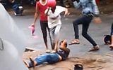 """Video: Thanh niên hỗn chiến, cầm mũ bảo hiểm """"dạy bảo"""" nhau"""