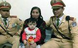 CSGT Hà Nội tìm người thân giúp bà và cháu nội 1 tuổi đi lạc