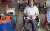 Người đàn ông khuyết tật đứng lên từ những bất hạnh