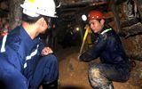 Thưởng nóng 100 triệu cho 18 thợ đào lò giải cứu công nhân sập hầm