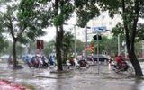 Quay đầu ẩu, taxi tông ngã hai người phụ nữ đi xe máy