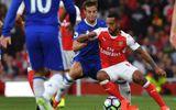 """Theo Walcott """"làm nhục"""" Azpilicueta trong trận derby London"""