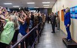 Đồng loạt cả đám đông quay lưng với bà Hillary Clinton