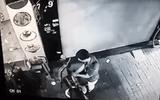 Ngang nhiên bẻ khóa trộm xe máy ngay trước cửa nhà hàng