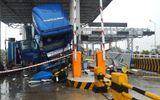 Xe tải đâm nát quầy vé trạm thu phí, ít nhất 3 người bị thương