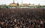 Biển người Thái Lan hát quốc ca tưởng nhớ Vua Bhumibol