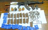 Bị bắt, đối tượng tháo chốt lựu đạn chống trả công an