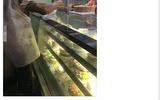 Bức ảnh người cha nghèo mua bánh sinh nhật cho con gây xúc động cộng đồng mạng