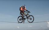 Tim đập chân run nhìn phượt thủ đạp xe trên dây ở độ cao hơn 100m