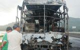 Cháy xe ôtô giường nằm, hành khách hoảng loạn thoát thân