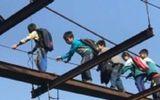 Trẻ em liều mình vượt cầu treo không có mặt sàn