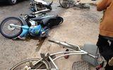 Xe máy phóng nhanh gây va chạm kinh hoàng trên phố, 5 người bất tỉnh