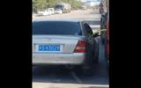Tài xế ôtô con ngang nhiên rút trộm xăng từ xe tải đang đỗ