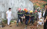Cha lấy thân che cho con suốt 1 giờ khi 10 căn nhà đổ sập ở Nha Trang