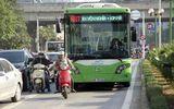 Hà Nội: Xe buýt nhanh bò từng mét trên đường ưu tiên