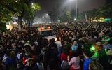 Chen lấn hỗn loạn, xe cấp cứu mắc kẹt trong đám đông đón giao thừa