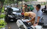 TP HCM: Đỗ trái phép sẽ bị cẩu xe, khóa bánh, lợi bất cập hại?