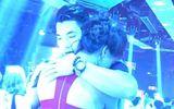 Trương Nam Thành cầu hôn bạn gái hơn tuổi trong quán bar