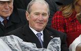 """Dân mạng trêu đùa ông Bush """"nghịch ngợm"""" áo mưa tại lễ nhậm chức Donald Trump"""