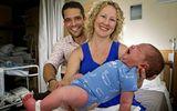 """Bà mẹ """"đẻ rơi"""" con trai nặng 6kg ngay tại nhà"""