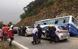 Xe khách bất ngờ đâm vách núi, nhiều người thương vong