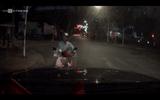 Xe máy chạy ngược chiều, bắt ôtô tránh đường
