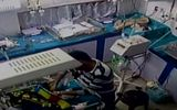Nhân viên bệnh viện kéo gãy chân trẻ sơ sinh 3 ngày tuổi vì quấy khóc
