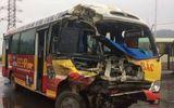 Xe buýt đâm xe tải nát đầu, 40 hành khách hoảng loạn