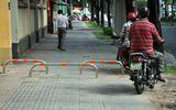Tranh cãi gay gắt việc lắp barie ngăn xe máy chạy lên vỉa hè