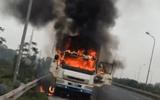 Xe tải bốc cháy dữ dội trên đại lộ Thăng Long