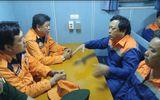 8 thuyền viên tàu cá bị chìm đã về bờ an toàn