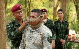 Lính Mỹ uống máu rắn luyện sinh tồn ở Thái Lan