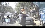 Bạn gái bị què chân vì thanh niên chạy SH tạt đầu taxi