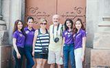 Thí sinh Hoa khôi du lịch tự tin giao lưu với du khách bằng tiếng Anh trên phố