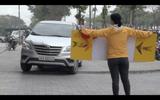 Người Hàn Quốc cầm biển chặn dòng xe lao trên vỉa hè Hà Nội