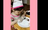 """Video: Cô bé """"đáng yêu nhất cõi mạng"""" vừa làm kimbap vừa tranh thủ ăn luôn"""